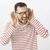 Chico con problemas de pérdida auditiva